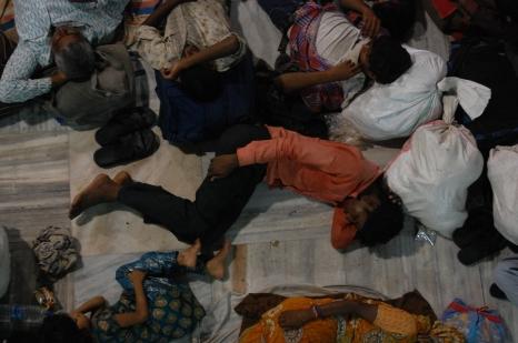 Hombre durmiendo en una estación de tren.